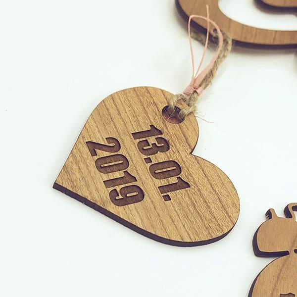 Dettaglio scritta personalizzata legno neonato peso lunghezza data di nascita ora